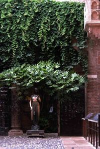 10. The statue & balcony of Juliet's house
