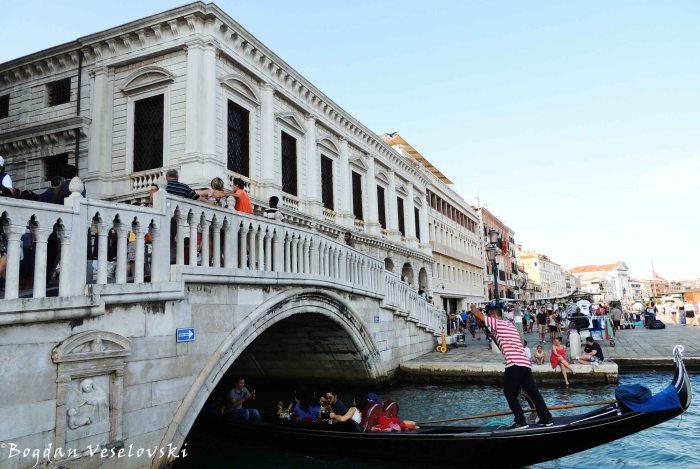 29. Gondola passing under Ponte della Paglia