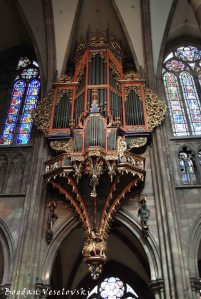 13. Suspended pipe organ of the Cathedral