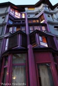 32. Schtroumph (Smurf) building