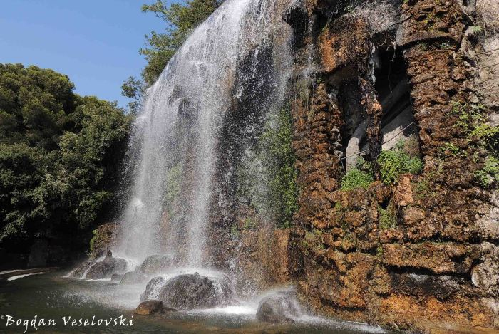 35. The waterfall on the Castle Hill (Colline du Chateau)