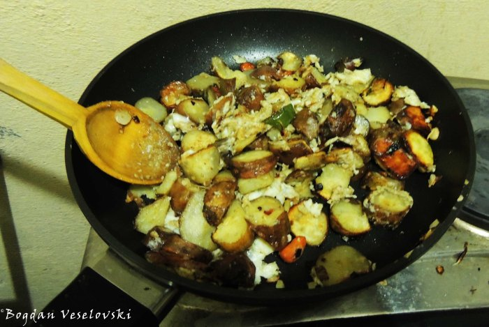 Potatoes with onions, peppers & carrots