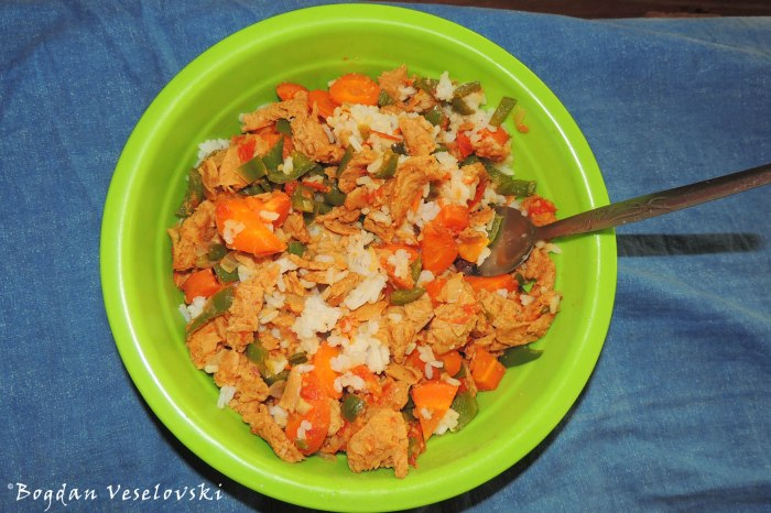 Rice with soya, peppers, carrots and tomatoes