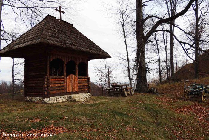 Troiță (wooden wayside cross)