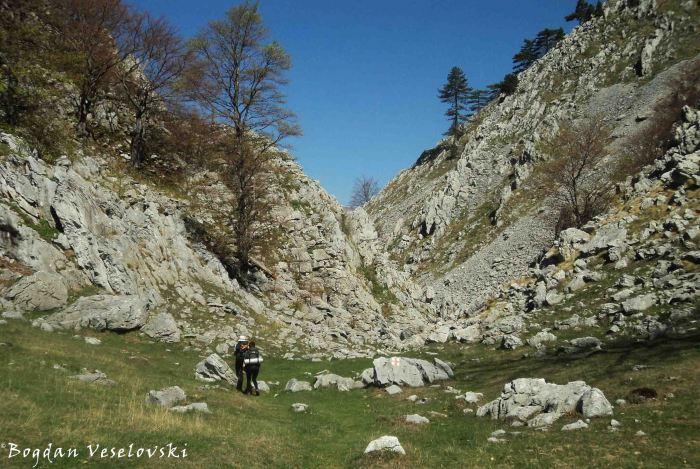 Follow the narrow rocky path!