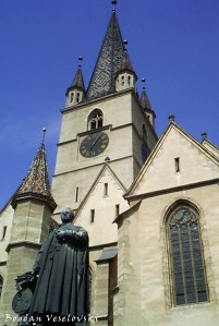 Momunet of Georg Daniel Teutsch in front of the Lutheran Cathedral