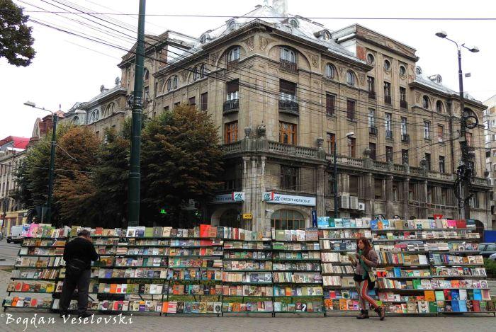 Book sales in Victoriei Square