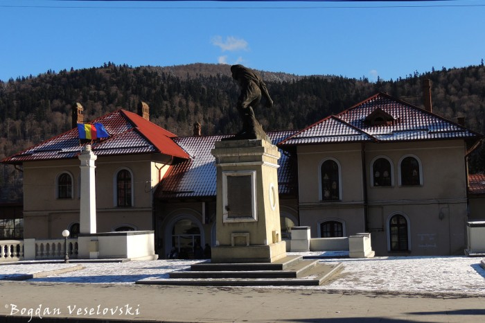 Gara Bușteni &Monumentul 'Ultima Grenadă' (Bușteni Railway Station and 'The Last Grenade' Monument)