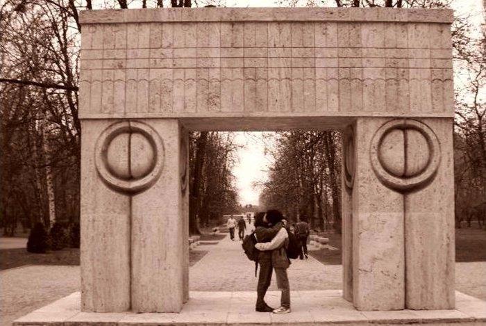 Poarta Sărutului de C. Brâncuși, Târgu Jiu (The Gate of Kiss by Constantin Brâncuși, Târgu Jiu)
