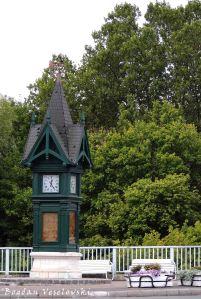Clock near the dual bridge over Rába