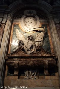 The tomb of Cardinal Cinzio Passeri Aldobrandini, decorated with imagery of the Grim Reaper in the Church of Saint Peter in Chains (Tomba di cardinale Cinzio Passeri Aldobrandini, Basilica di San Pietro in Vincoli)