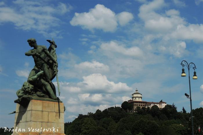 'Valore sul campo di battaglia' statue on Umberto I bridge & Monte dei Cappuccini