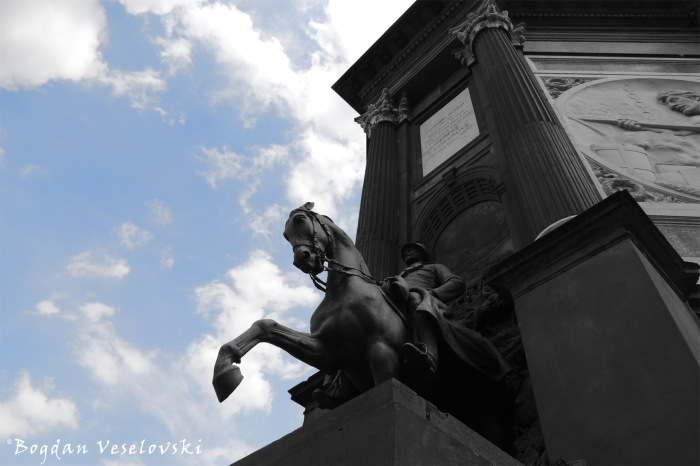 Equestrian statue on the triumphal arch
