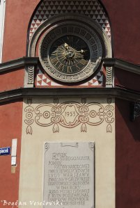 Clock & commemorative plaque in Old Town Market, Warsaw