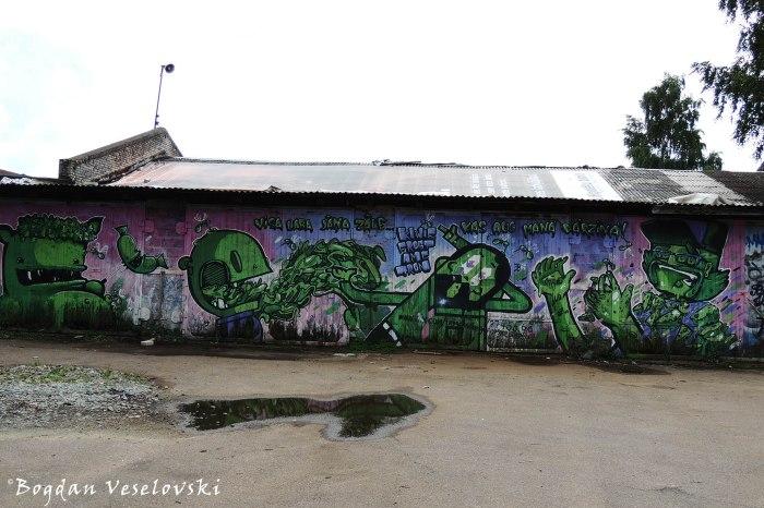 Street art - green graffiti - Kiwi & Saki - Visa laba Jāņa zāle, kas aug manā dārziņā!, Riga