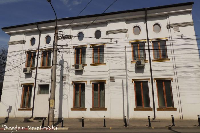 3, Eroilor Blvd. - Fosta școală a comunității evreiești, Pitești (Former school of the Jewish community, Pitești, 1926-1927)