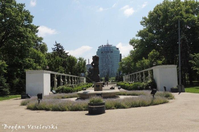 Caryatids Alley, Herastrau Park