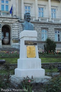 Monument to Ion I.C. Braătianu in front of the Argeș county museum, Pitești