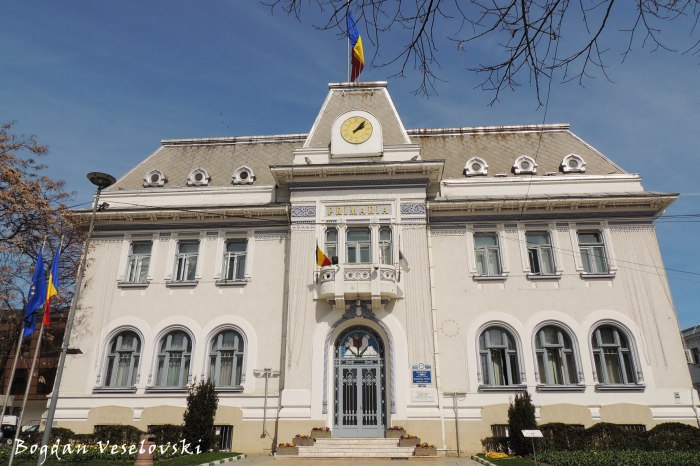 Palatul Finanțelor Publice - azi Primăria Pitești (Palace of Public Finances - today Pitești City Hall, 1934-1936, arch. Statie Ciortan)