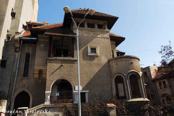 Piața Spania - Writer Barbu Brezianu lived here