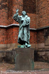 Statue of Martin Luther in Am Markt, Hannover, by Carl Dopmeyer & Ferdinand Hartzer, 1899