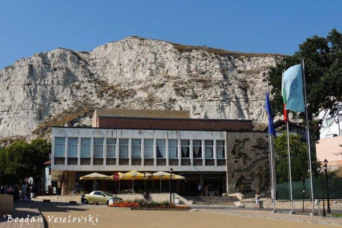 Кафе клуб Интелигент & Кръстов хълм ^ Селям тепе (Intelligent Café Club & Salam Almas Hill, Balchik)
