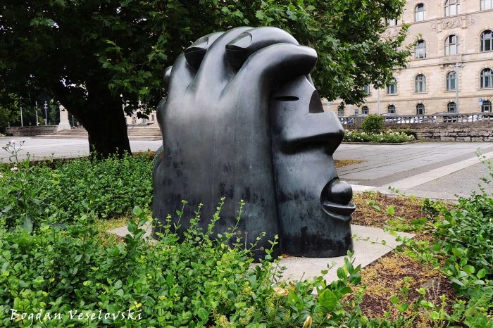 Großer verletzter Kopf (Big Injured Head in Trammplatz, Hannover by Rainer Kriester, 1989)