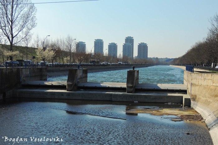 Dâmbovița River seen from Vitan Bridge - debit control point