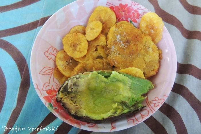 Chifles, patacón, avocado