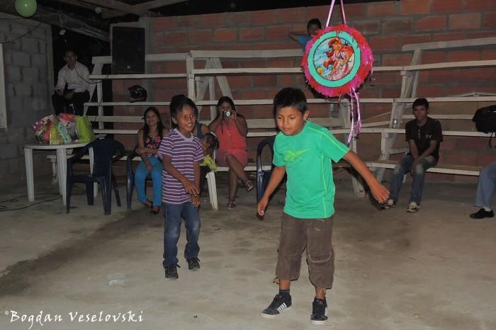 Dance, piñata ...