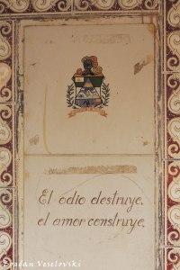 'El odio destruye, el amor construye' ('Hatred destroys, love constructs')