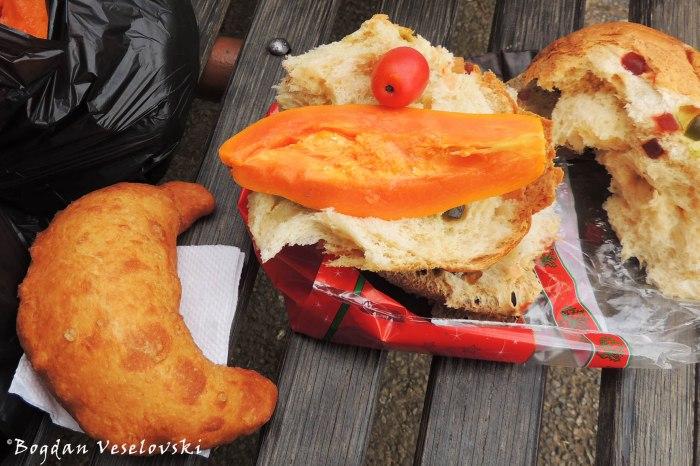 Picnic in the park - Panettone, empanada, papaya & ciruela (jocotes)