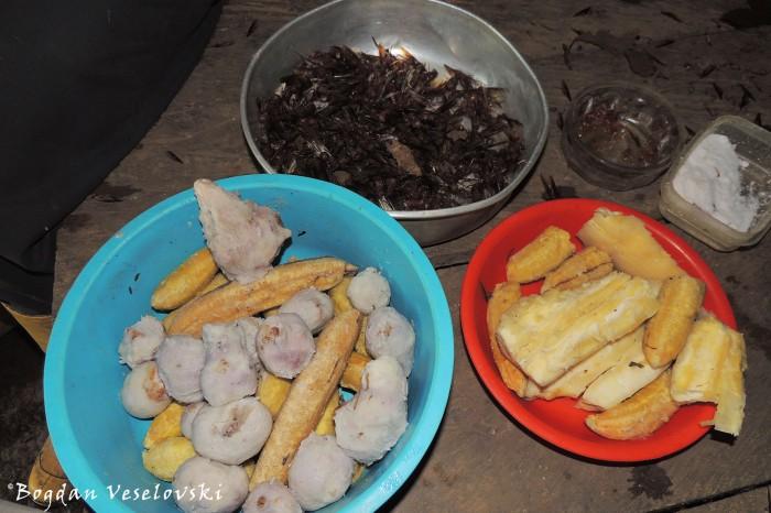 Añango, papachinas, oros, yuca, plátanos (Flying ants, taro, baby bananas, cassava, plantains)
