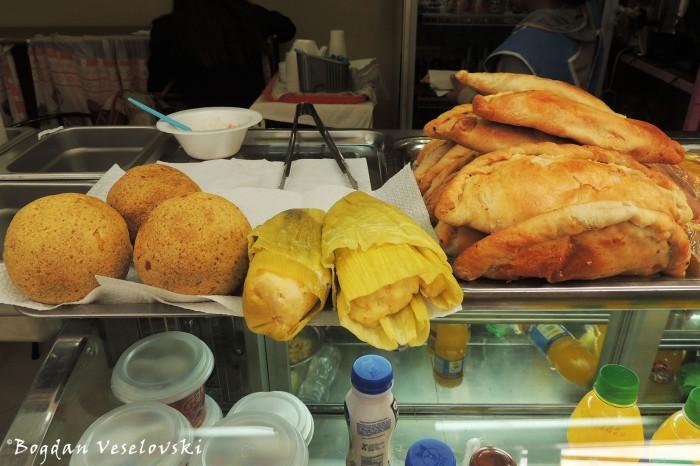 Bolones de platano, tamal, empanadas