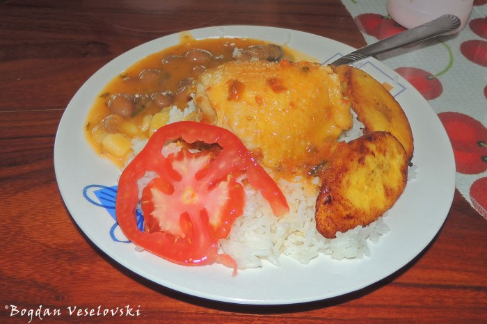 Chicken with rice, beans, tomato & chifles