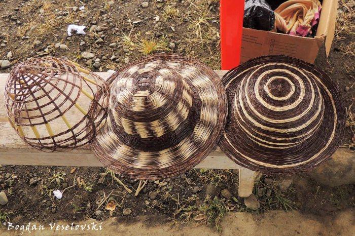 Sombreros de fibra. Etsenrutai (hats)