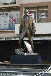 Shtatorja e Zahir Pajazitit në qendër të Prishtinës (Statue of Zahir Pajaziti in Prishtina)