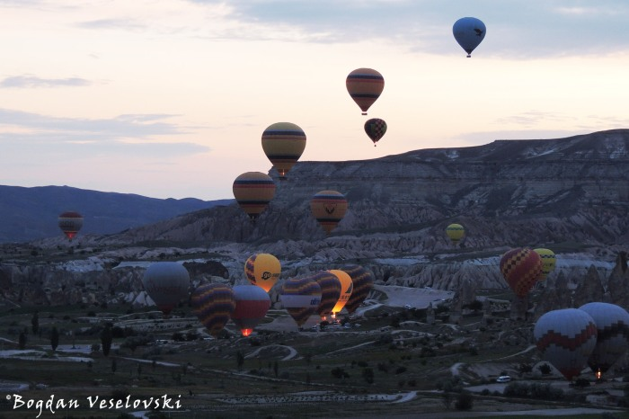 Göreme at dawn - hot air balloons