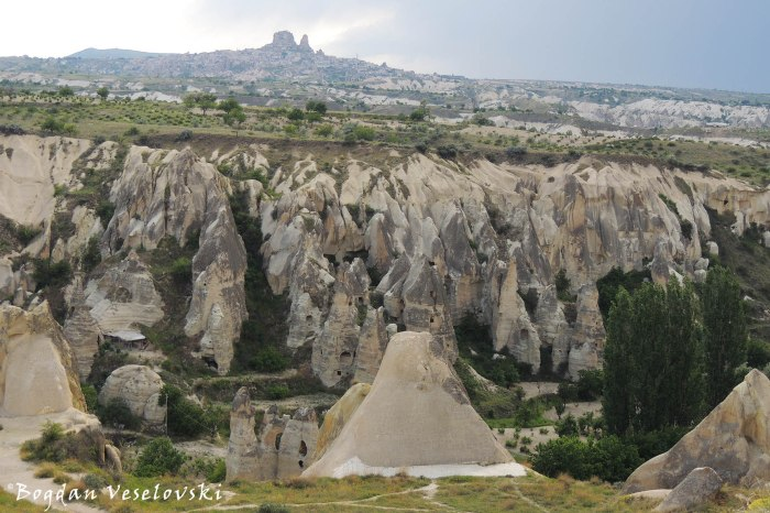 06-goreme-red-red-valleys