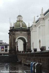Side entrance to the cathedral - Arch of Carondelet